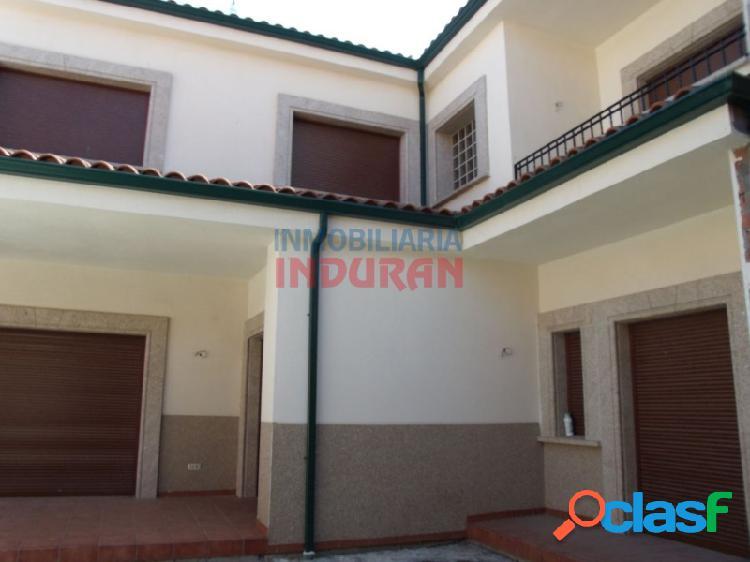 Edificio residencial céntrico de 541 m2 con acabados de gran calidad. tiene 5 dormitorios (un dormitorio principal amplio con armario empotrado), baños completos, despachos, salón, garaje y á