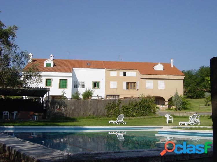 Fantástico chalet con piscina, parcela de 1500m2, jardín con riego automático.