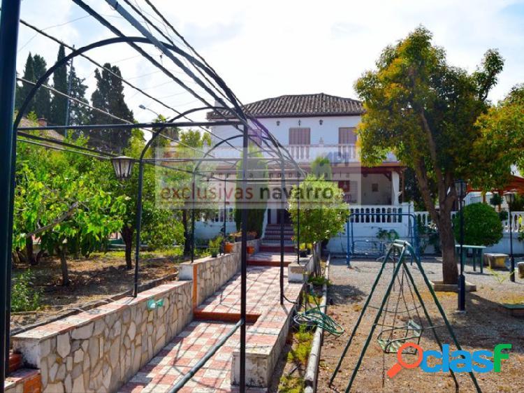 La zubia, magnífico chalet con 350 m2 construidos y 1567 m2 de parcela con piscina y pista de tenis, jardín muy cuidado, a escasos metros de la zona comercial. honorarios gratis para la parte