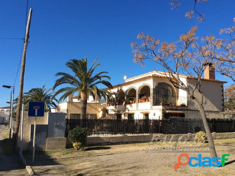 Casa con mucho encanto, construcción muy solida y situada en buena zona