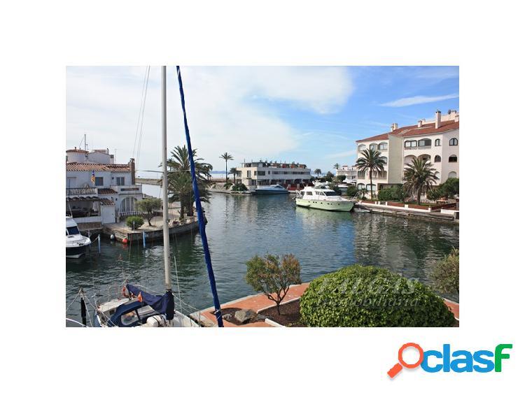 Exclusivo apartamento con fabulosas vistas al canal y al mar.