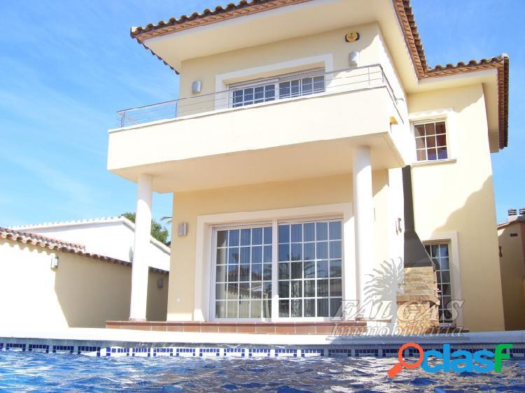 Gran casa unifamiliar de cuatro habitaciones con piscina y garaje