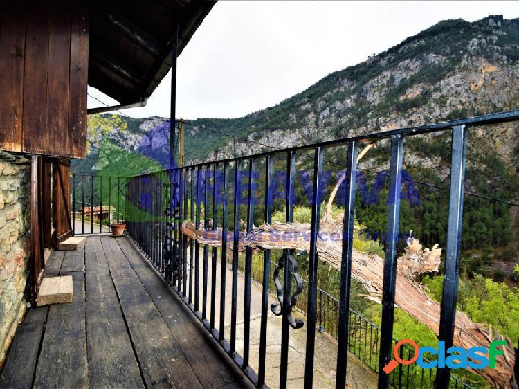 Casa de estilo rústico en plena naturaleza con vistas
