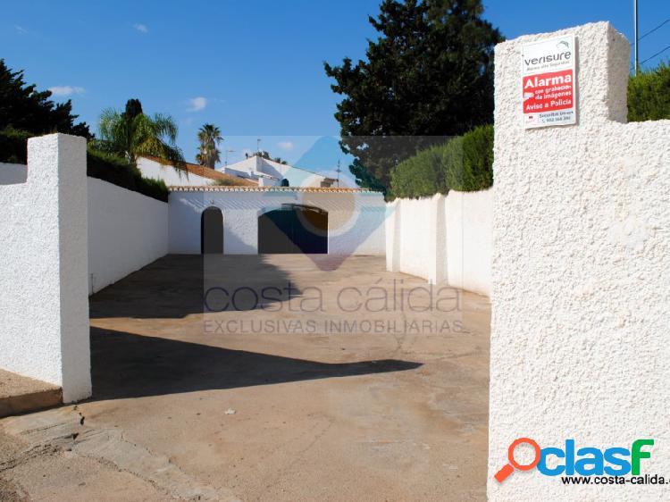 Chalet de lujo con 9 dormitorios y piscina privada, a pocos metros de la playa de bahía.