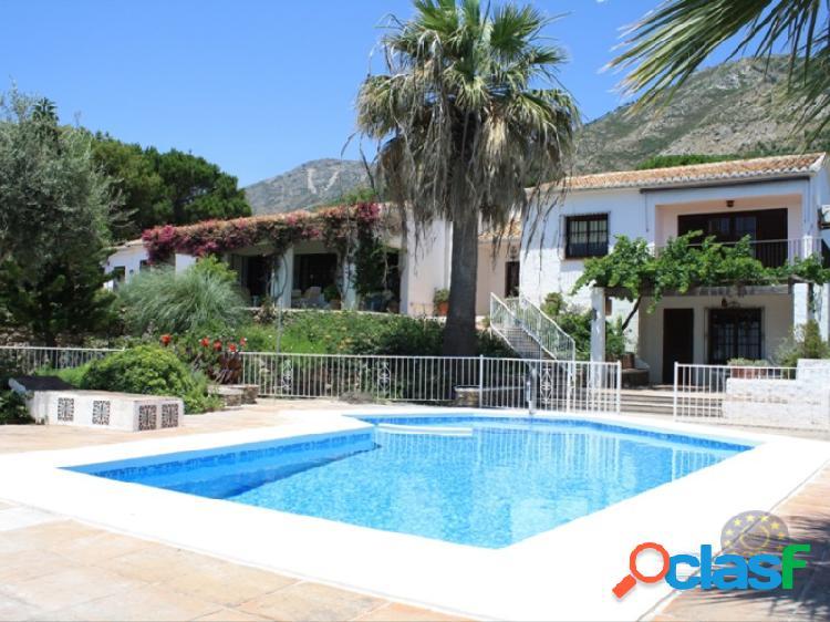 Villa estilo clásico andaluz en zona rural, pero solo a un paseo de mijas pueblo