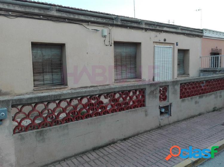 Casa 80 m2 + terraza 30 m2 y patio 50 m2. para reformar. 55.000 €