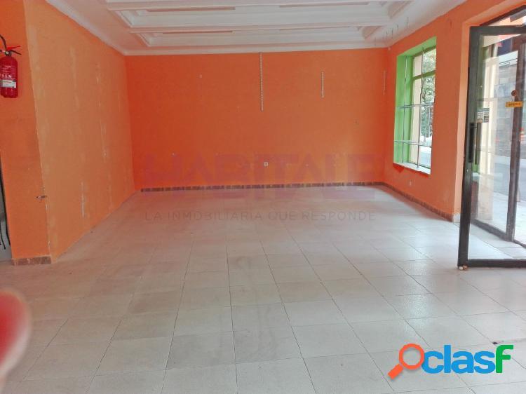 Elda centro: local 120 m2, esquina, 3 escaparates, aseo, agua y luz. 600 €