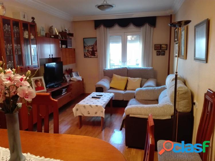 Elda centro: piso 100 m2, ascensor, salón-comedor, 4 dormitorios, 2 baños, cocina y amplio patio. con plaza de garaje amplia. 130.000 €