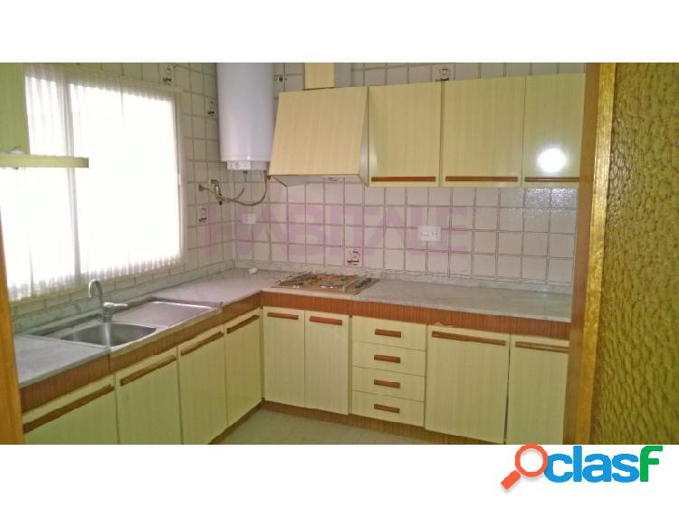 Elda: piso en planta baja, 82 m2, 2 dormitorios, 2 baños, patio. 51.000 €
