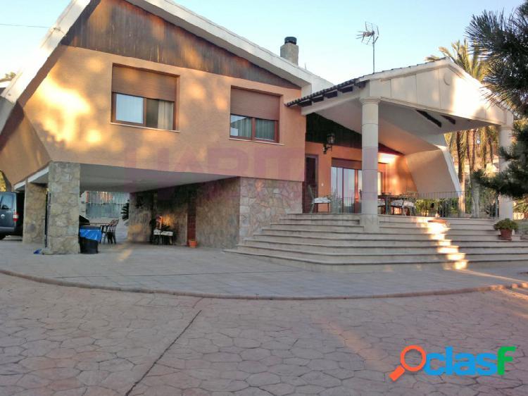 Chalet de 280 m2. jardín, piscina, parcela 3.000 m2.