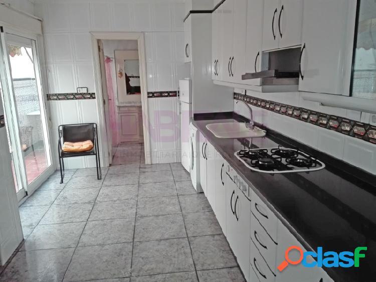 Elda: casa de 200 m2 en dos plantas, con dos viviendas. zona av. chapí. 135.000 €