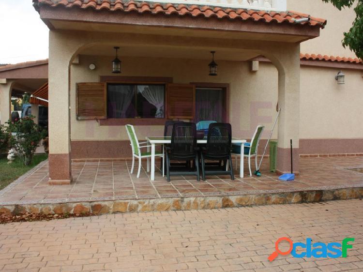 Chalet rustico c/piscina, 5 hab, amueblado, garaje, paellero y almacén de 140 m2.
