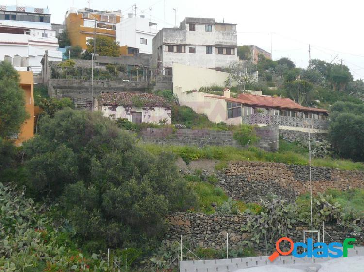 Zona tranquila, casa de 150m2 en dos plantas+terreno urbano de 557m2 + 641m2 con casa deteriorada con terreno rustico y estanque. la casa tiene por planta 3 dormitorios, baño, cocina y salón
