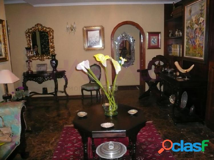 Junto a plaza la feria, calidad, luminoso, piso de 280m2, hall grande, 5 dormitorios(dos son suite) 3 baños, aseo, cocina amueblada, solana, salón, comedor y star.