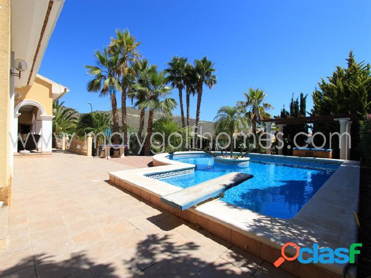 Chalet con piscina y jardín
