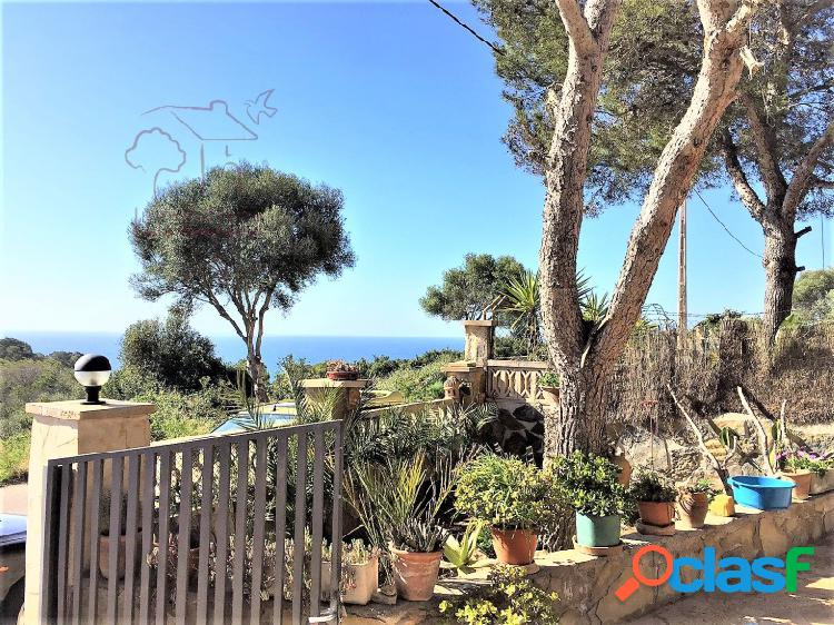 Chalet de dos plantas en cala lombards con bellas vistas al mar.