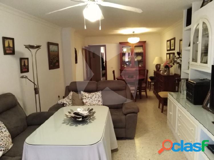 Venta de piso en zona centro con tres dormitorios,patio,garaje y trastero,totalmente reformado.