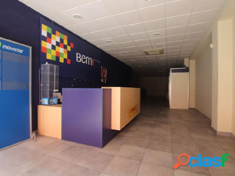 Local comercial en san isidro, con baño privado en el interior y acceso directo desde calle peatonal.