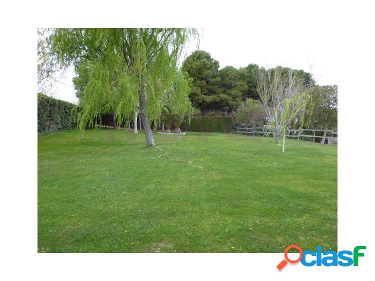 Magnífico chalet de 310m² en urb. torrepinar construido en una parcela de 1500m². amplia zona comunitaria con zonas verdes e instalaciones deportivas.