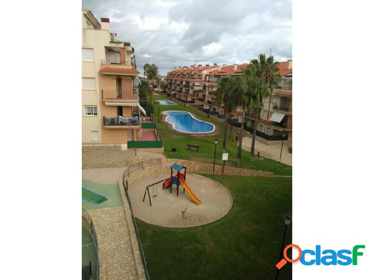 Alcanar. urbanización ona de mar. con piscina, minigolf, paddel. atico, distribuido en: salón, 2 baños, cocina equipada y amueblada, tres habitaciones. amplia terraza solarium. con garaje y t
