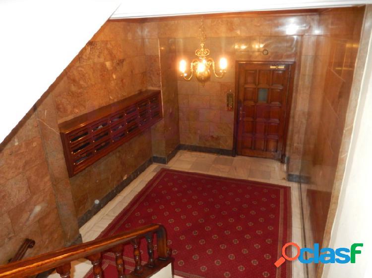 Corte ingles. estupendo piso exterior en edificio singular de 270m². para reformar distribuido en 6 dormitorios, amplio salón de 60 m². 6 dormitorios, 2 baños y un aseo. dispone de varios arm