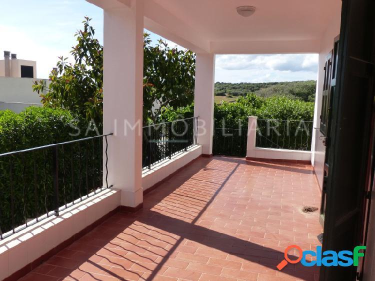 Chalet pareado con terrazas y piscina