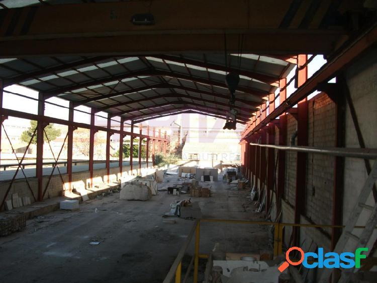 Nave industrial,de 1509 m2 de parcela con unos 1035m2 construidis y un patio trasero de 470m2 cerca del casco urbano.