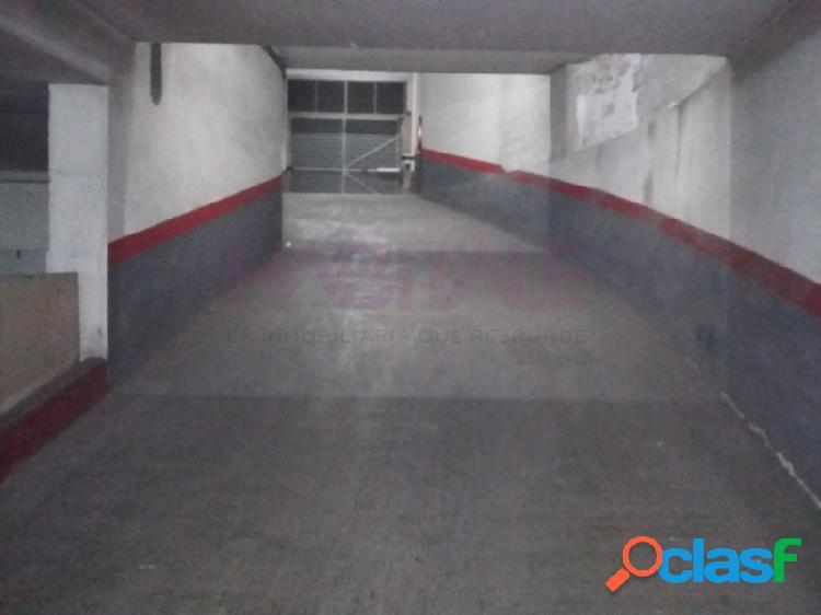 Plaza de garaje en el sótano con acceso por rampa de fácil circulación, con amplios pasillos para una fácil maniobra, la plaza está entre pilar y pared, por lo que ningún vecino te golpeara e
