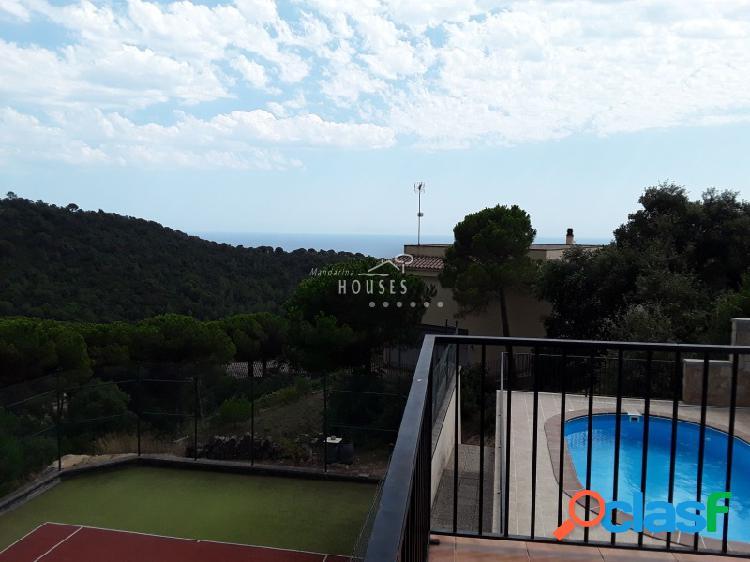 Vivienda dividida en dos apartamentos, con piscina y vistas al mar. pista de tenis (medida internacional). se encuentra en una zona muy tranquila, rodeada de bosques y zonas verdes.