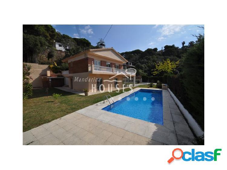 Casa con piscina a un paseo de la playa
