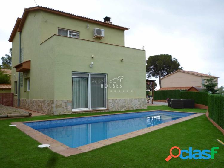 Casa en venta con piscina y jardín.
