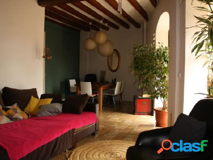 Precioso piso en el centro de berga, con techos altos y suelos hidraulicos.