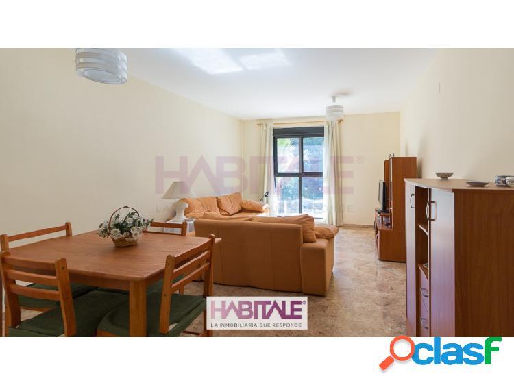 Amplio piso en el propio casco urbano, distribuido en recibidor, espacioso salón-comedor, cocina con salida a patio de luces, dos habitaciones dobles con armarios empotrados y un baño con bañ