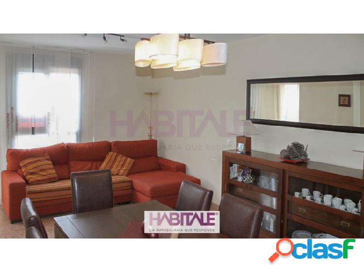 Piso en el casco urbano de Serra, con garaje y piscina comunitaria. Vivienda de 2 habitaciones, dos baños, salón-comedor y cocina.