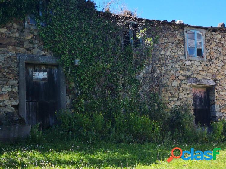 Casa rustica de piedra de dos alturasa + fincas en moeche