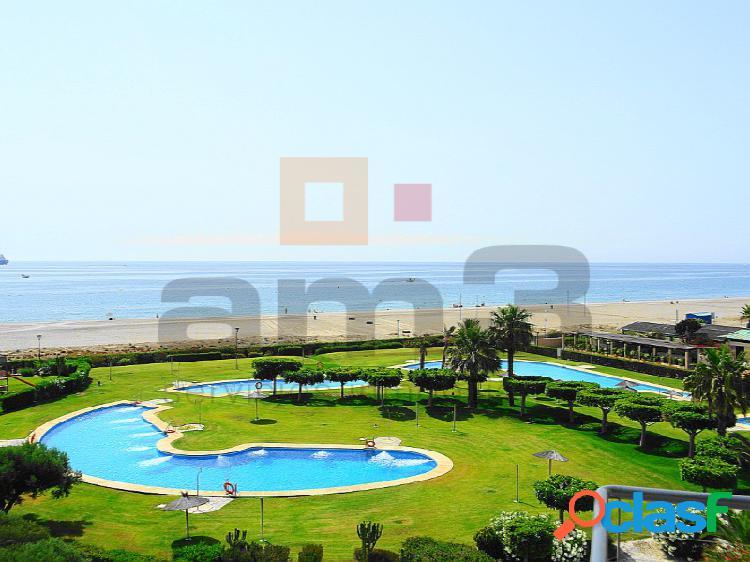 Apartamento con vistas frontales al mar, situado en primerísima linea de playa.