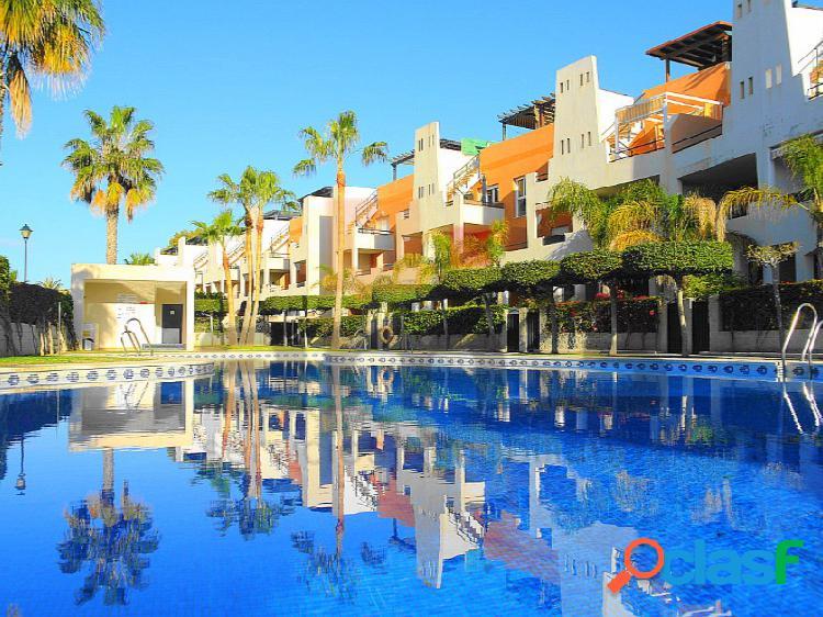 Apartamentos en planta baja con jardín privado en urbanización con piscina y zonas verdes.