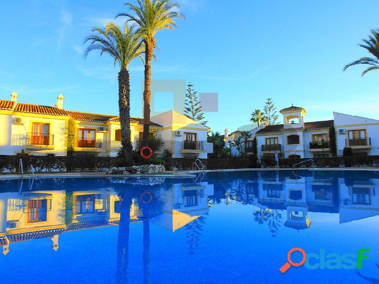 Ático en urbanización con piscina, a menos de 100 metros de la playa.