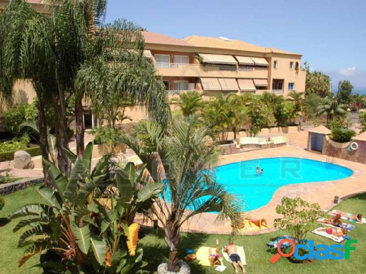 Bonito apartamento con terraza, en complejo con piscina.