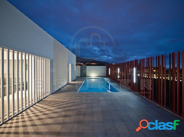 Impresionante villa arquitectónica con patio interior con jardín y fuente. Piscina, amplio garaje