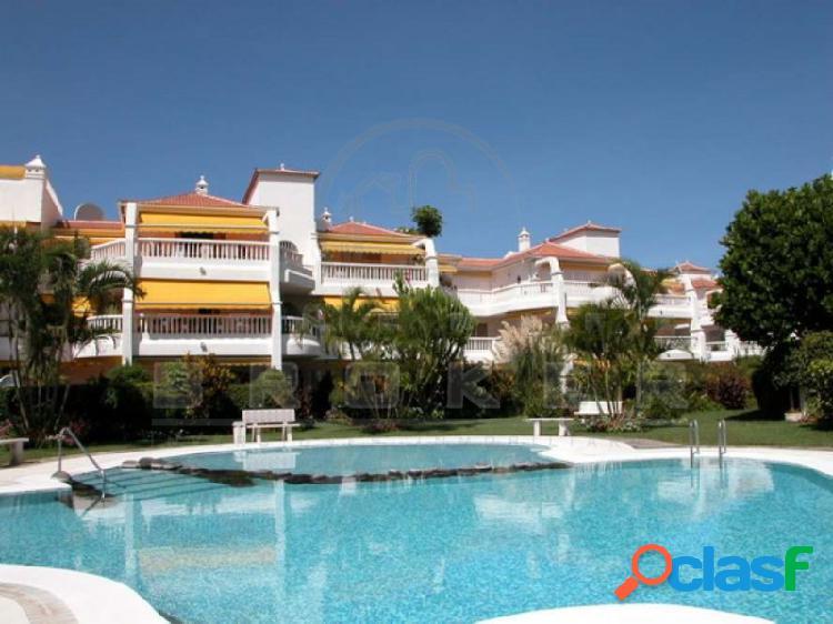 Elegante apartamento con jardín, piscina y amplio garaje