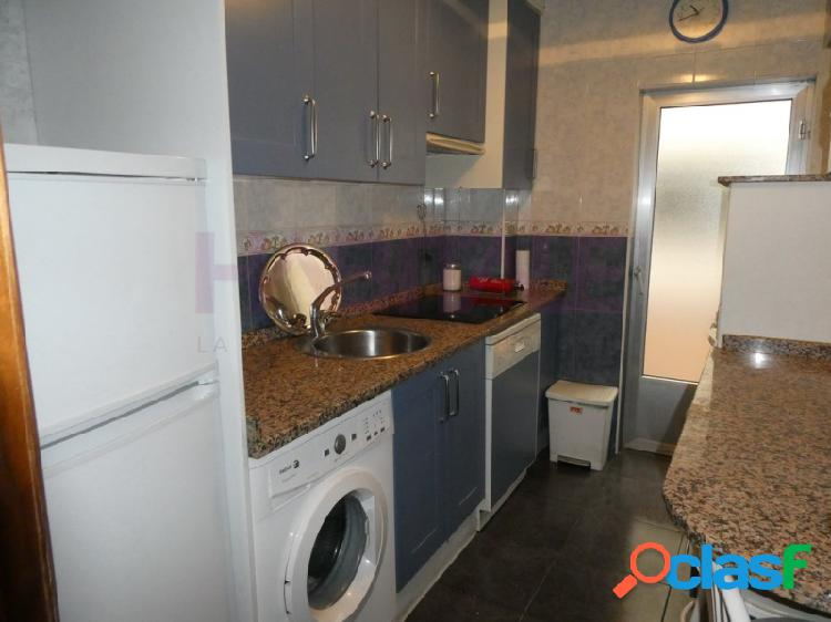 Junto a puerta zamora y plaza de gabriel y galán en salamanca, se vende de piso de 86m2 de superficie construida distribuido en salón, cocina, 3 dormitorios y baño.