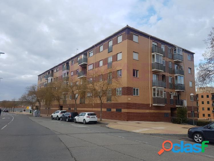 Venta de piso de 94 m2 de superficie construida distribuida en salón, cocina, 3 dormitorios y 2 baños en barrio los alcaldes, salamanca.