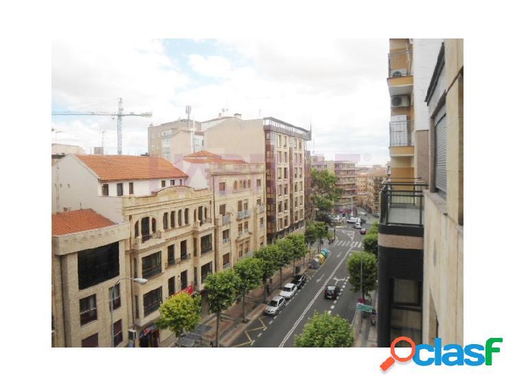 En avda. maria auxiliadora se vende amplio piso de 2 plantas y solarium de 242m2 de superficie construida distribuidos salón, cocina, 4 dormitorios, 3 baños.