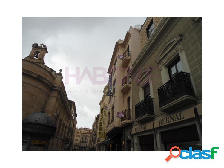 Se alquila edificio junto a Plaza de Santa Eulalia. Acondicionado como residencia de estudiantes. Dispone de Licencia.