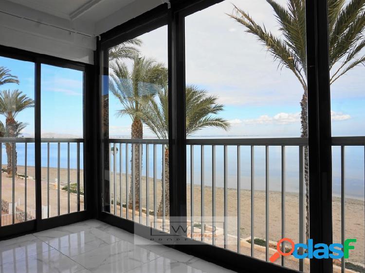 Apartamento en primera linea de playa con vistas al mar.