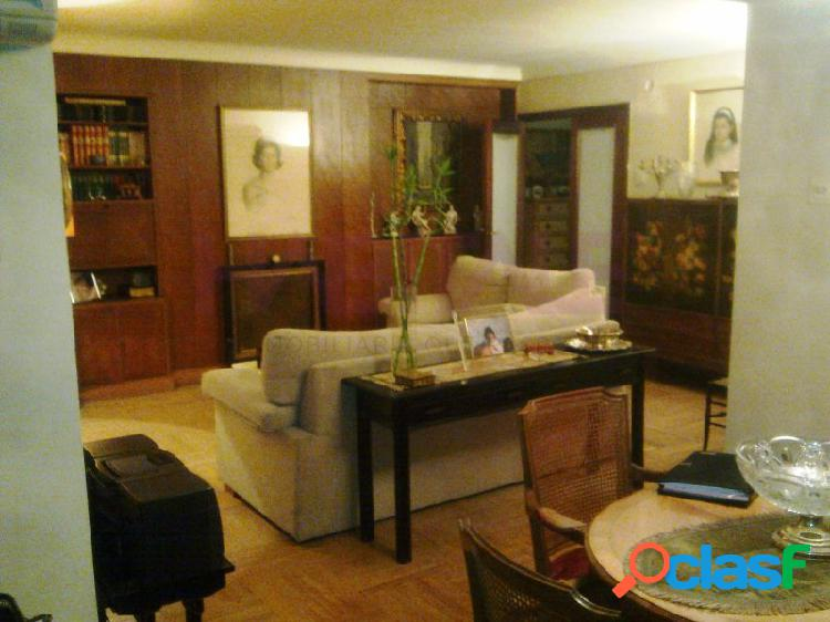 Vivienda señorial, junto al mercado de colon de 180 m2, con 5 habitaciones y 2 cuartos de baño, amplio balcon. cocina y baños reformados.