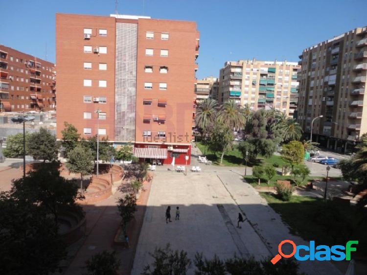 Piso exterior de 4 habitaciones, 2 baños, aire acondicionado, balcón, ascensor, para entrar a vivir, vistas a parque.