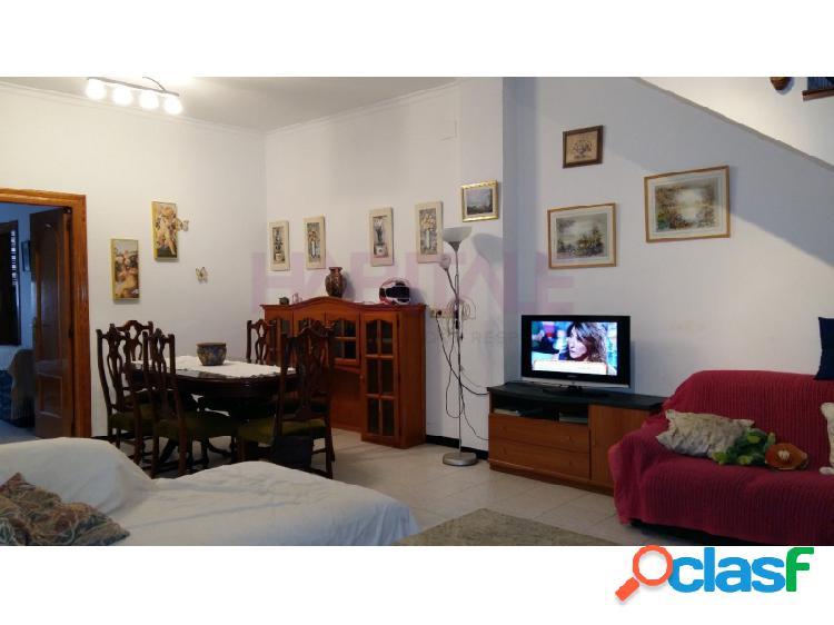 Amplia casa de pueblo muy céntrica en la localidad de pedreguer de 7 dormitorios y 3 baños para entrar a vivir.