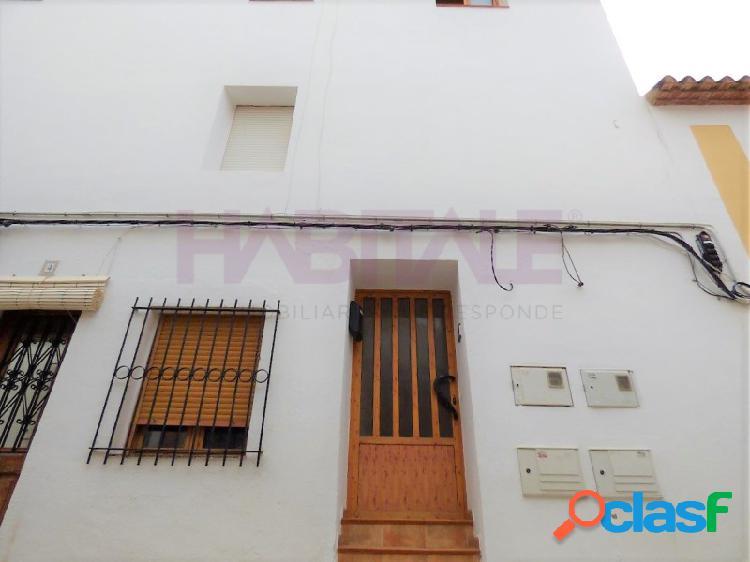 Piso en venta en el casco histórico de dénia a tan solo 50 metros de la calle loreto o del castillo,situado en una primera planta de un edificio con solo dos vecinos.